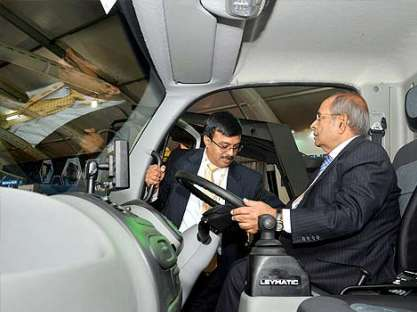 G P Hinduja launches new-age India-UK bus - News Nation