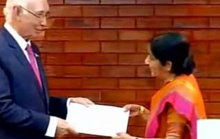 Sartaj Aziz hands over SAARC summit invitation to Sushma Swaraj in Pokhara