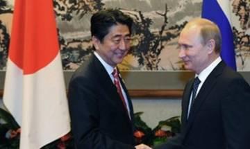 Japanese PM Abe visits Putin, looking to warm ties