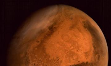 Dark streaks on Mars indicate presence of flowing water