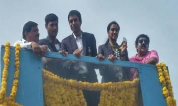 स्वदेश लौटी रियो स्टार सिंधु, हैदराबाद एयरपोर्ट पर हुआ भव्य स्वागत