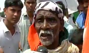 Watch: One farmer is upset as he couldn't get the khat from Rahul Gandhi's khat sabha in Mirzapur