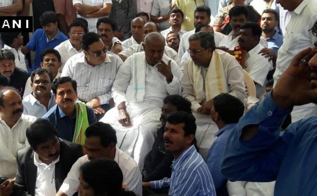 Karnataka Chief Minister Siddaramaiah meets former Prime Minister HD Deve Gowda (Image: Twitter/ANI)