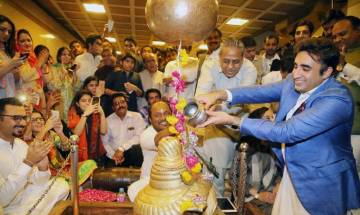 Watch: Bilawal Bhutto's offering to Lord Shiva on Diwali at Karachi temple