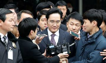 Seoul court considers arrest of Samsung de facto head on bribery charges