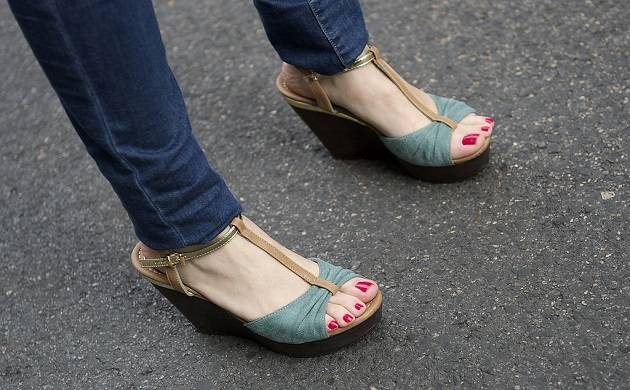 Skinny jeans, oversized bags, high heels may prove harmful for women's health, says study