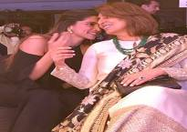 This viral picture of Deepika Padukone and Neetu Kapoor will leave you astonished!