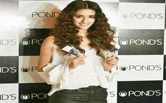 Disha Patani  while shooting for a brand was stalked by a male fan in Delhi (Img Source: Twitter)