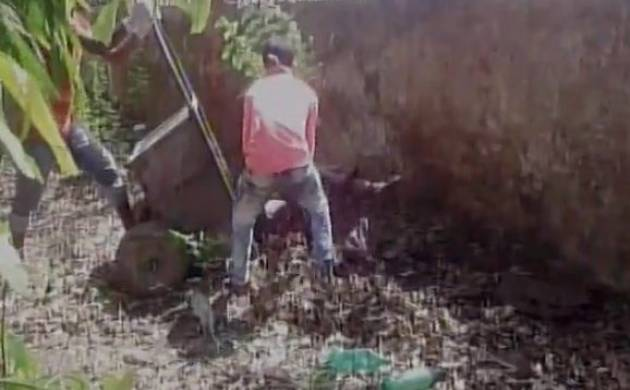 Bihar: Abandoned womans body carried in garbage cart for post mortem (ANI)