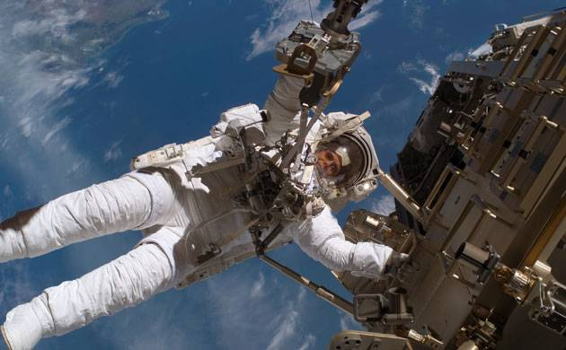 Astronaut successfully replaces blurry camera outside ISS