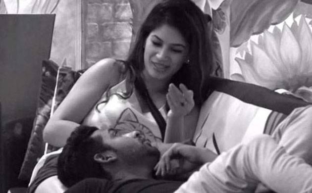 Bigg Boss 11: Puneesh Sharma-Bandgi Kalra try to 'make out' in bathroom