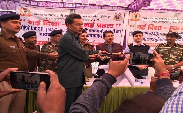 Naxal leader Enul Khan surrenders before Jharkhand Police.