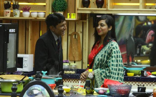 Bigg Boss 11: Arshi Khan's father has a SPECIAL ADVICE for her (watch video)