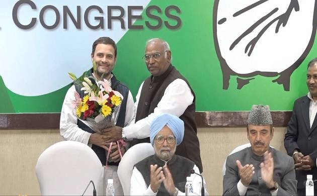 Mallikarjun Kharge presents a bouquet of flowers to Congress President Rahul Gandhi at CWC meet (Inside Image)