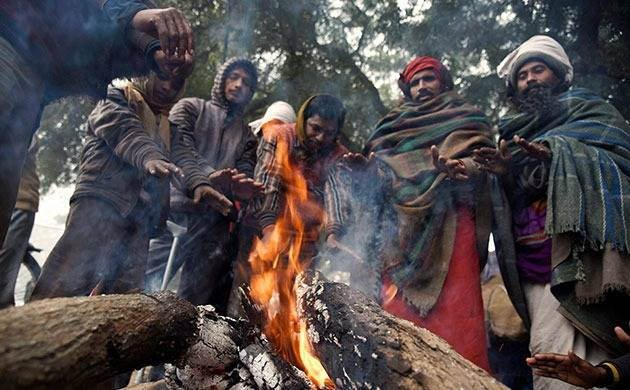 People light fire to battle the wintry weather (Source: PTI)
