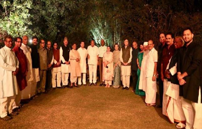 Sonia Gandhi hosts dinner for 17 Opposition leaders at 10 Janpath (Source: @INCIndia)