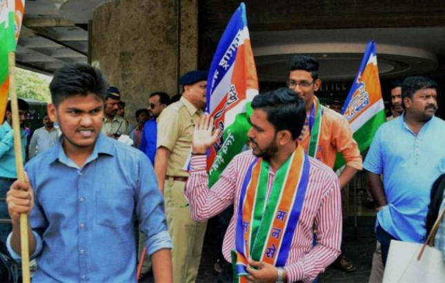 MNS workers target Gujarati signboards at shops in Thane (Source: PTI)