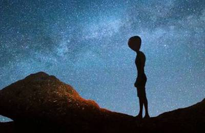 Aliens monitoring earth will reveal themselves to humans in 15 years, claim conspiracy theorist