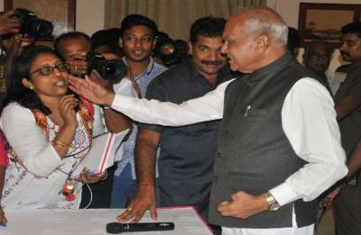 Tamil Nadu Governor Banwarilal Purohit apologises for patting journalist's cheek