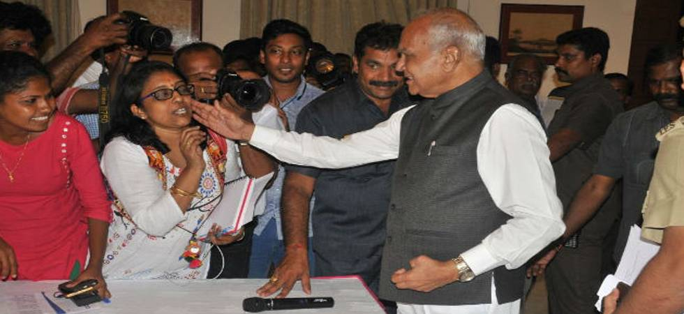 Tamil Nadu Governor Banwarilal Purohit apologises for patting journalist's cheek (Photo: Twitter/@lakhinathan)