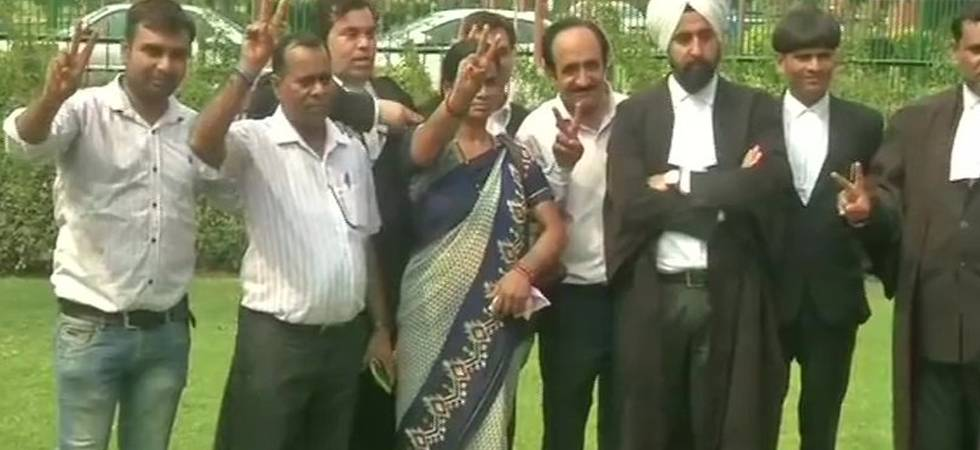 In centre, Nirbhaya's mother showing victory sign after SC verdict (Photo: ANI)