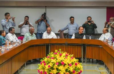 Centre meets opposition leaders; seeks cooperation in smooth functioning of Houses