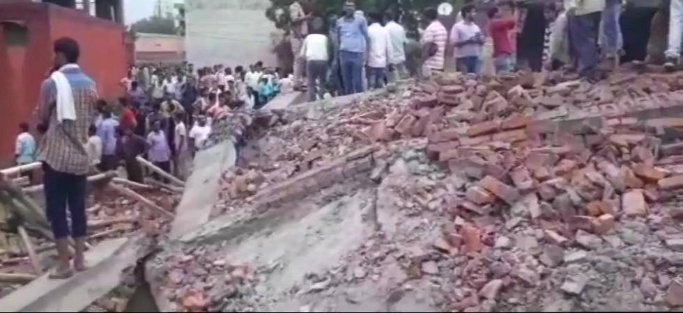 Four injured in Ghaziabad building collapse (Photo:Twitter/ANI)