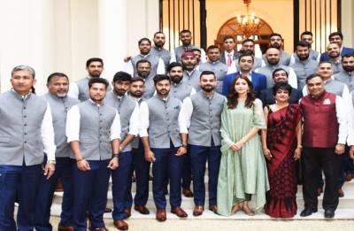 England vs India: Anushka Sharma spotted in team photograph, Twitterati goes crazy