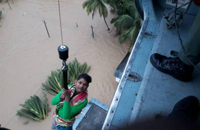 Kerala Flood Fury: Netizens laud video of Indian Navy saving a child in Aluva, goes viral