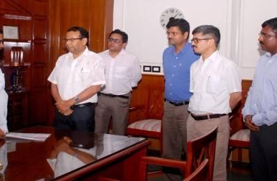Kerala flood relief: Delhi officers hand over Rs 1.5 lakh to Arvind Kejriwal