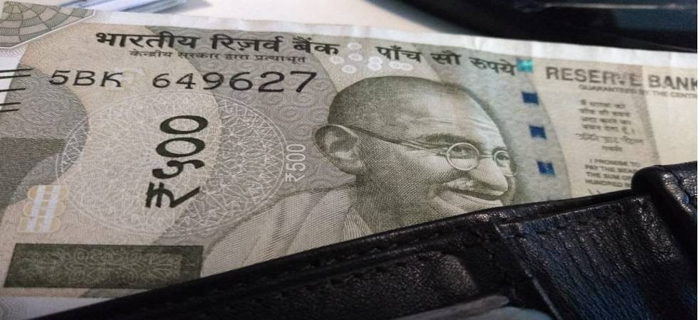 Rupee breaches again 70-mark, falls 27 paise against US dollar (File Photo)