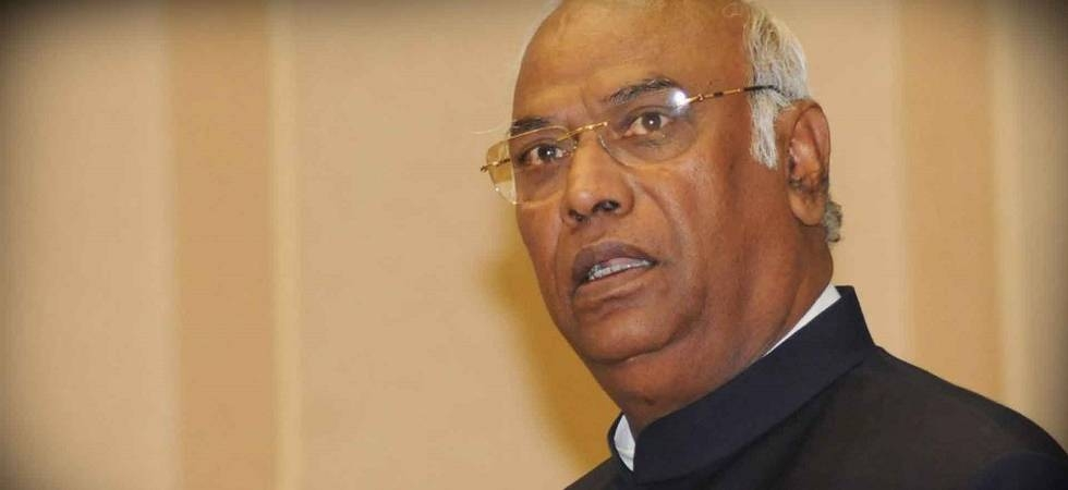 Congress leader Mallikarjun Kharge on Friday asked party leaders in Maharashtra to put up a united show in the 2019 Lok Sabha polls (Photo: PTI)