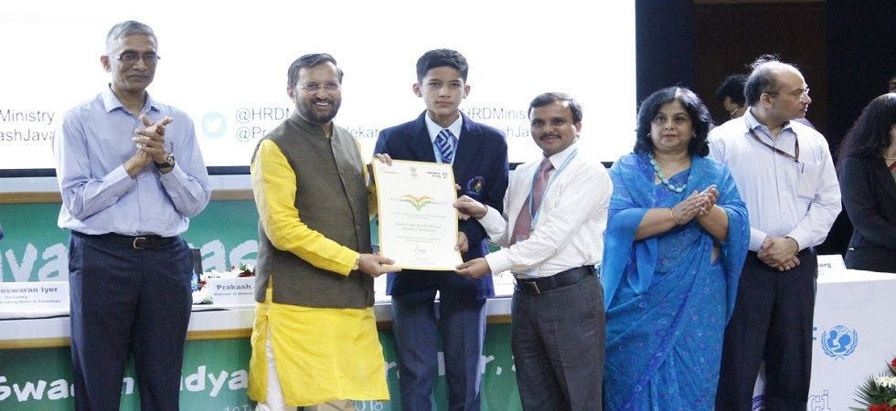 Prakash Javadekar confers Swachh Vidyalaya Puraskar awards to 52 schools (Photo: Twitter)