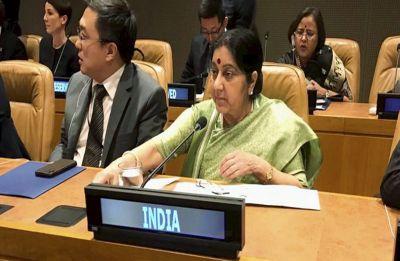 Sushma Swaraj meets her Iranian counterpart Javad Zarif, discusses US sanctions