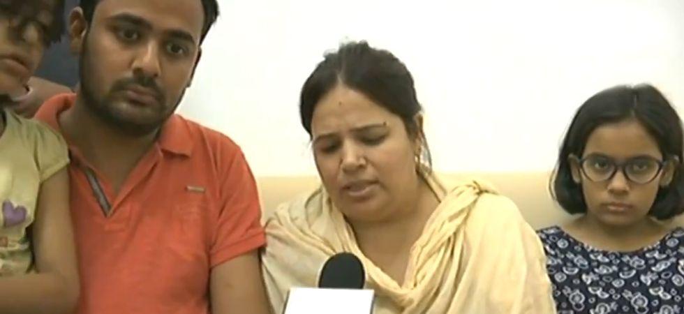 Vivek Tiwari's wife meets CM Yogi Adityanath at his residence (Photo: Twitter)