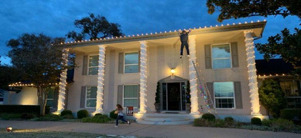 Good Samaritan rushes to help a Christmas decoration dummy (Photo: Twitter)