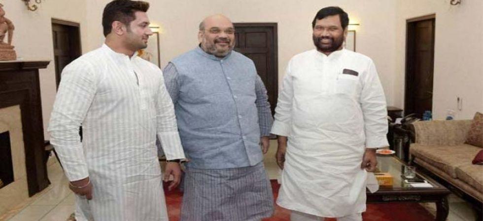 Ram Vilas Paswan, son Chirag meet Amit Shah over 2019 seat share (File Photo)