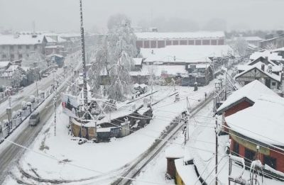 Heavy snowfall in Kashmir throws life out of gear, Valley cuts off from rest of country