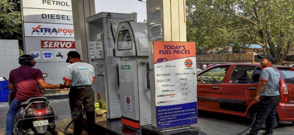 In Mumbai, petrol price rose to 76.18, 7 paise higher than yesterday's price of Rs 76.11. (File photo)