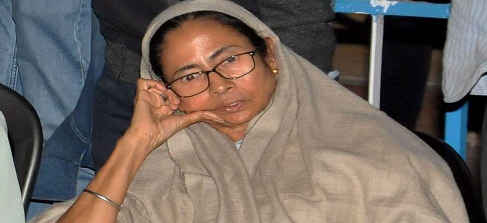 Mamata Banerjee begins 'dharna' in front of Metro Cinema to protest CBI action in Kolkata (Photo Source: PTI)