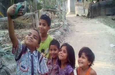 Real or photoshopped? Picture of children taking selfie with a 'slipper' goes viral, Amitabh Bachchan, Boman Irani react