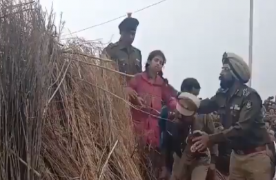Pulwama Attack: CRPF jawan's 10-year-old daughter faints during cremation in Kannauj