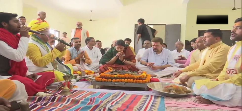 Before filing the nomination, she along with her husband Zubin Irani, performed a havan puja. (Photo: ANI)
