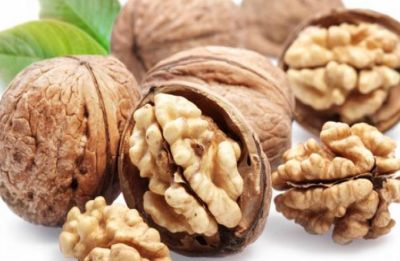 Eating whole walnuts daily may help lower blood pressure in people at the risk of developing cardiovascular disease