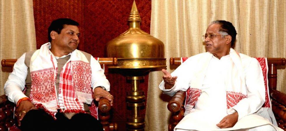 Chief Minister Sarbananda Sonowal with his predecessor Tarun Gogoi (File Photo)