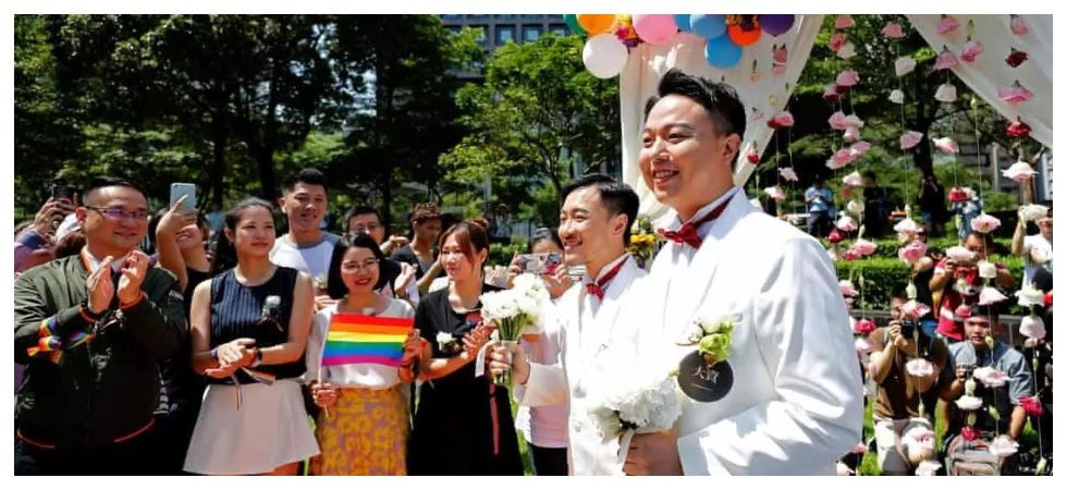 Hundreds of same sex couple tied the knot in Taiwan (Photo: Twitter)