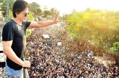 Shah Rukh Khan wishes ocean of fans outside Mannat, watch video