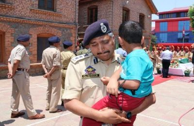 Emotional SSP Srinagar carries son of slain SHO Arshad Khan in lap during wreath-laying ceremony