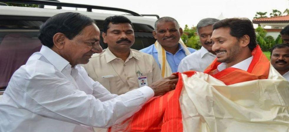 AP and Telangana Chief Ministers (File Photo)