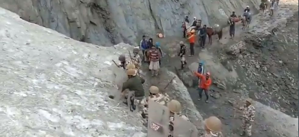 ITBP personnel brave shooting stones to protect Amarnath pilgrims. (Screengrab)
